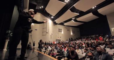 Han holder foredrag for skoleelever som ikke viser respekt. Måten han takler det på er inspirerende!