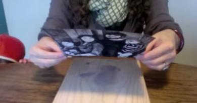 Kvinnen plasserte familiebildet på en treplanke – resultatet ble nydelig