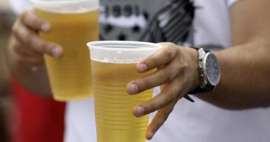 Trenger du sommerjobb? Få betalt 120 000 kr for å reise rundt på festivaler og drikke øl!